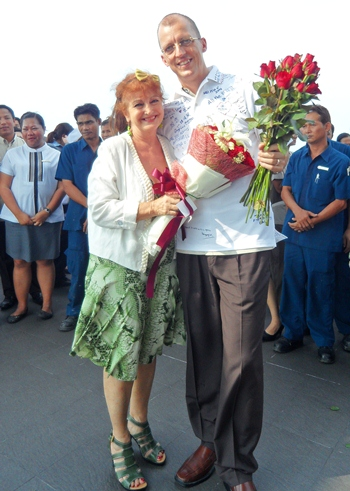 Elfi Seitz presents flowers in the name of Pattaya Mail to Harald Feurstein.