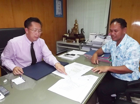 Pattaya PWA Manager Araya Ngamwongwan (left) and Waterworks Director Sarayuth Thonghieng (right) show plans to fix the broken pipes.
