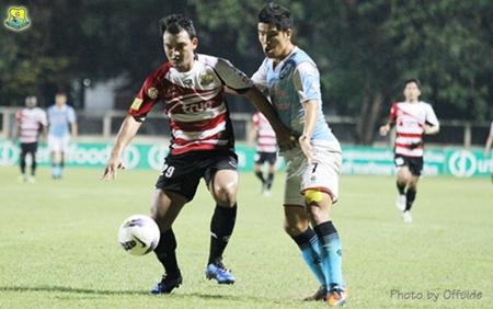 Pattaya United's Apinan Suantong (left) challenges for the ball against Samut Songkhram's Park Jae-Hyun at the Samut Songkhram Stadium, Sunday, Oct. 28. (Photo/Pattaya United)