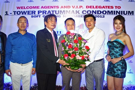 Ronakit Ekasingh, Deputy Mayor of Pattaya City (2nd left), and Pol. Col. Chaiyos Worakjunkiat, superintendent of Chonburi Immigration Department (center) congratulate Meechai Thaocharean (2nd right) during the launch party for One-Tower Pratumnak.