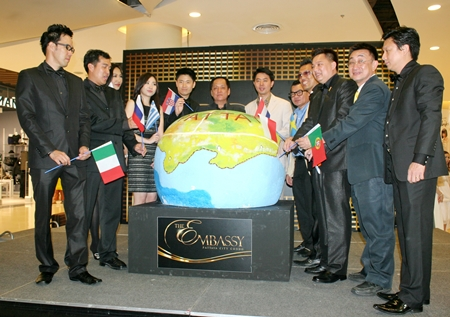 Porames Ngampichet, Chonburi MP Region 7 and Komaen Mahankharat, CEO of 'The Embassy Pattaya City Condo', pose with the project's executive committee at the launch of The Embassy Pattaya City Condo.
