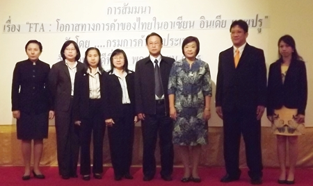 Waritchanan Towongphaiyont (3rd right), an economist with the Commerce Ministry Bureau of Trade, poses for a commemorative photo with other members of her economic committee.
