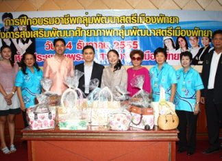 Mayor Itthiphol Kunplome Pattaya poses for a group picture with trainers and Pattaya Women's Development Group.