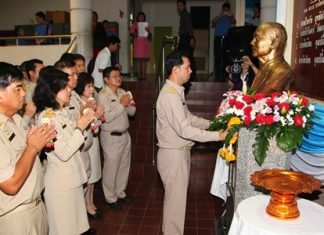 Mayor Itthiphol Kunplome leads administrators and council members to place garlands around a bust of Parinya Chawalitdhamrongkul to remember the five-time city council member who donated 10 rai of land for Pattaya City Hall's construction.