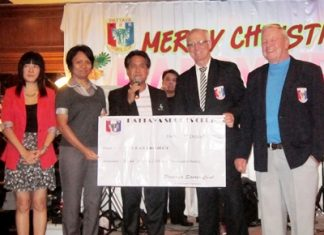 PSC President Tony Oakes (2nd right) and PSC Golf Chairman Joe Mooneyham (far right) present a cheque to the San Fan Project.