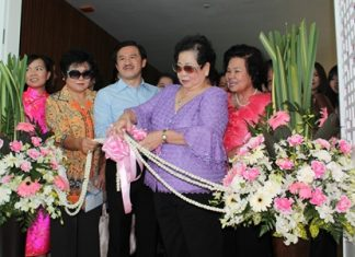Santana Mekavarakul (2nd right) cuts the ribbon to officially open the Ming Xing Chinese Restaurant at the newly opened Cape Dara Resort Pattaya. She was joined by family members including Surat Mekavarakul (2nd left) MD of Connor Pattaya Co. Ltd., owners of the exclusive resort and Mike's Hotels and Mall Group.