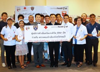 Pol. Col Chaiyot Varakjunkiat (4th right), superintendent of Chonburi Immigration office along with Saran Tantijumnan (3rd left), director of Central Department Stores Region 3, together with members of the Thai Red Cross pledged their support for the CPN blood bank for the benefit of the community at a ceremony held at the Central Festival Pattaya Beach recently.