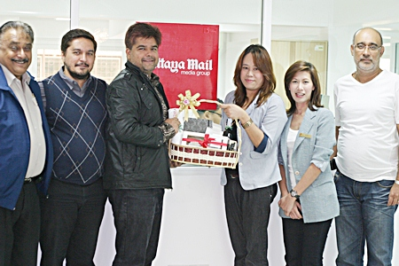 Representatives of the Centara Pattaya Hotel sales & public relations executives Banthita Sunthararak (3rd right) and Napasorn Srikeow (2nd right), paid a courtesy call to the new Pattaya Mail offices to congratulate us on our move and to extend New Year greetings to our staff and management. On hand to receive them were Peter, Prince and Tony Malhotra along with Korn Kitcha-Amon (right).