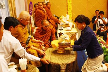 Sopin Thappajug makes her offering to Luangphor Viriyang.