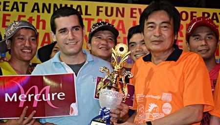 Deputy Mayor Ronakit Ekasingh presents the winning trophy to the Mercure Hotel.
