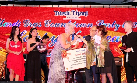 Chatchawal Supachayanont (third from right), general manager of Dusit Thani Pattaya congratulates Brenda Foster from the UK. Foster won the grand prize of two round-trip air tickets (Bangkok-Chiang Mai) courtesy of Thai Airways International and 2 nights of stay in D2 Hotel Chiang Mai.