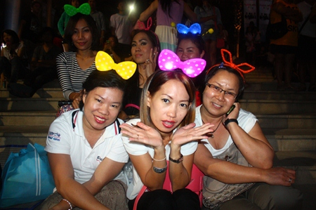 Family & friends enjoy the countdown at Central Festival Pattaya Beach.