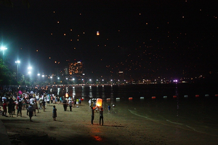 Thousands of khomloys take to the sky in a never ending stream above Pattaya Beach.