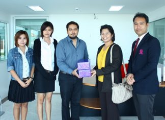(L to R) Students Padiwaladda Wongsuntorn and Paweena Phandontree watch as Pattaya Mail Media Group General Manager Kamolthep Malhotra receives thanks from Hope Christina Deita and Panuwat Pantakod.