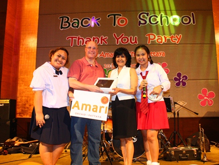General Manager David Cumming (center left) presents an iPad to PMTV's Sue Kukarja (center right) helped by Breeze Spa Manager Sirikant Sittithai (right) and Amari Orchid Pattaya Public Relations Manager Pichchaya Nitikarn (left).
