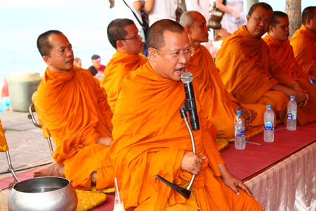 Wat Chaimongkol Abbot Pisan Jariyaphiwat invites citizens to make merit and donate to the Sawang Boriboon Thammasathan Foundation at the old pier in South Pattaya.