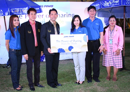 Mayor Itthiphol Kunplome (3rd left) accepts a donation of beach umbrellas from King Power communications director Sukhrudee Pongpatwattana and King Power management.