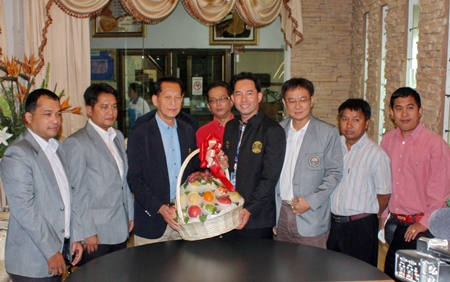 Association President Sewadol Chaowalitpreecha (3rd left) and his committee present Mayor Itthiphol Kunplome with a gift basket for the New Year and to congratulate him on his appointment.