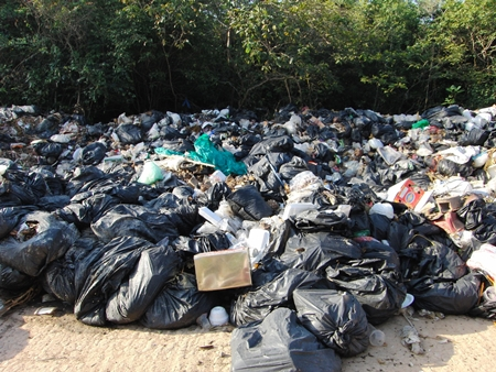 Over 200 tons of garbage has piled up on Koh Larn since New Year because three of four trash trucks are broken and the city stopped hauling away refuse by barge.
