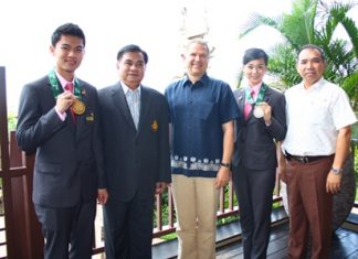 Jirapong Veerasanee (left) and Chanatphim Treephoppokkhasab (2nd right) thank Andre Brulhart (center) and Wuthisak Pichayagan (right) along with Satien Pothphrsri (2nd left).