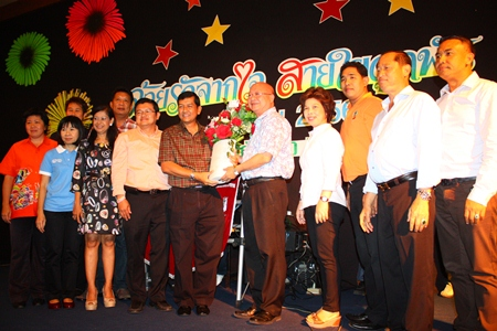Deputy Mayor Wattana Chantanawaranon presents flowers to Chawalit Saeng-Uthai, Chonburi's new permanent secretary.