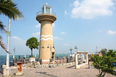 Once a beautiful landmark, Pattaya's lighthouse is falling into disrepair just 5 years after it was built.