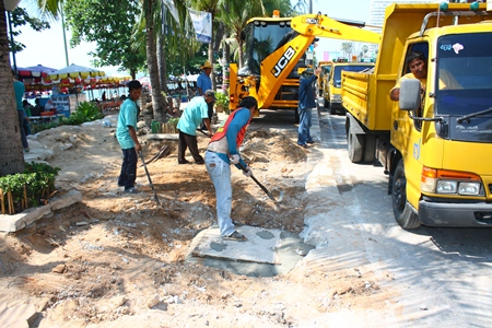 City staff work to make it easier for our physically challenged guests to enjoy the beach in Jomtien.