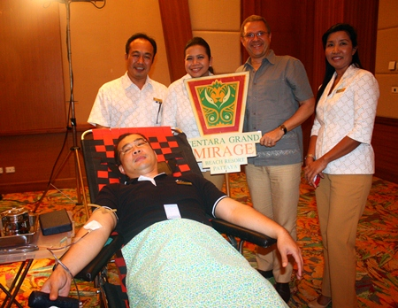 (L to R) Chief Engineer Thanathip Vihokhern, Director of Human Resources Daranat Nuchaikaew, General Manager Andre Brulhart, and Financial Controller Sukanya Wongdornma, all from Centara Grand Mirage Beach Resort Pattaya, pose for a photo with an employee, one of many who donated blood during the blood drive.