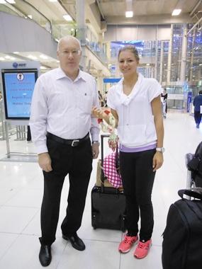 PTT Pattaya Open tournament director Geoffrey Rowe (right) greets Russia's Maria Kirilenko at Bangkok's Suvarnabhumi airport.  Kirilenko flew in this week from Melbourne where she had been taking part in the Australian Open tennis championships.