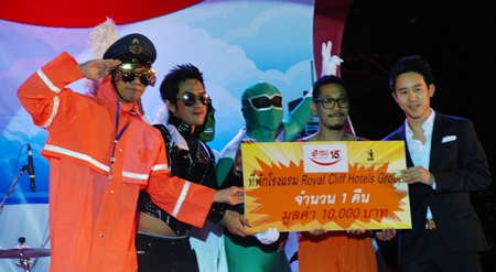 Royal Cliff Executive Director Vitanart Vathanakul (right) presents a prize of 1 night stay at Royal Cliff valued at 10,000 THB to the winners of the BEC-Tero Best Costume Competition.