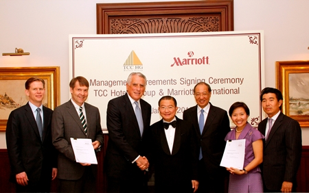 Charoen Sirivadhanabhakdi, Chairman of TCC Group (4th right) and Simon Cooper, President & Managing Director Asia-Pacific, Marriott International (3rd left) shake hands at the official signing ceremony between TCC Hotels Group and Marriott International.  Also in the photo (left to right) are Shawn Hill, Regional Vice President – Hotel Development Asia-Pacific, Marriott International; Paul Foskey, Executive Vice President - International Hotel Development Asia-Pacific, Marriott International; Charles Mak, Managing Director & President - International Wealth Management, Morgan Stanley; Wallapa Traisorat and Soammaphat Traisorat - President and CEO, TCC Hotels Group.