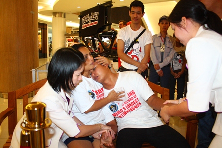 Sanom Raksa embraces lover Surasak Plangklang, consoling him after his foot had swollen severely, forcing him to retire from the competition.