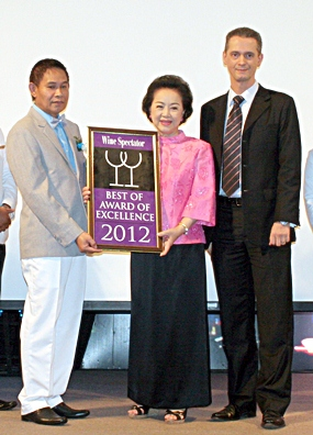 Proudly holding the Wine Spectator Award are (l-r) Somchart Boonmawat F&B Director (Grand Hotel), Panga Vathanakul (Managing Director), and Christoph Voegeli (General Manager & deVine Club Acting President).