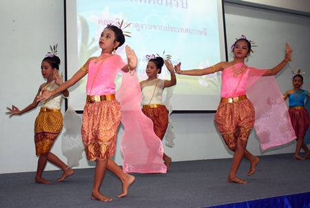 Children from Pattaya School No. 7 impress the volunteers from Korea with their Ram See Nuan performance.