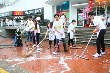Royal Garden Plaza & Entertainment Vice-President Somporn Naksuetrong (center, right) and General Manager Parida Vimolpand (center, left) help give Pattaya's first shopping mall a good scrubbing.