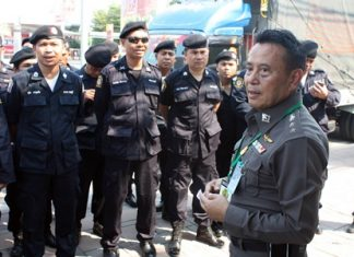 Nongprue commander Col. Somnuk Changate (right) prepares the police troops to search for the two escaped convicts.