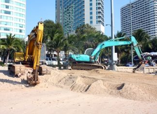The heavy equipment has been brought out to refill sand on 193 meters of beachfront at the Dusit curve.
