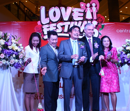 Deputy Mayor Ronakit Ekasingh (center), Amari Orchid Pattaya GM Brendan Daly (2nd right), and Central Festival Pattaya Beach GM Saran Tantijamnaj (2nd left) cut the ribbon to begin the Amari Loves Weddings festival at Central Festival Pattaya Beach.