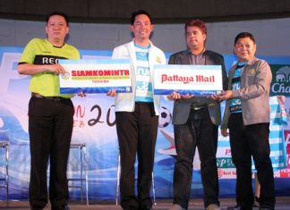 Club President Ittipol Kunplome (2nd left) and Coach Nui (far right) pose with representatives from club sponsors Pattaya Mail and Siamkomintr.