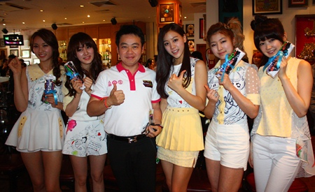 Pattaya City council member and chairman of sports and tourism committee, Rattanachai Suthidechanai takes a group photograph with Skarf Idol