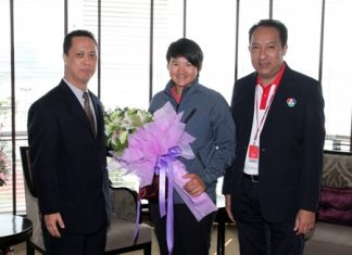 World No 1 LPGA golfer Yani Tseng (centre) of Taiwan participated in the recently concluded LPGA held in Pattaya. During her visit she made the Dusit Thani Pattaya her home. Seen welcoming her were Neoh Kean Boon (left) the resident manager and Rattananop Janrat of BBTV Channel 7 (right).