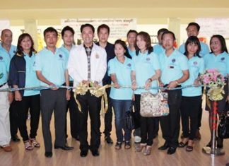 Mayor Itthiphol Kunplome cuts the ribbon to officially open the Lions Club of Pratamnak Charity Bowling Tournament held at the Blu-O Bowling in the Avenue Shopping Plaza recently. Somyos Khotkhen, president of Lions Pratamnak-Pattaya City said that the funds raised from this tournament would be used for scholarships for underprivileged children and for the treatment of people who need treatment for cataracts.