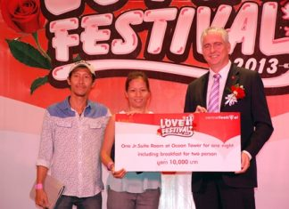 Brendan Daly (right), GM of the Amari Orchid Pattaya presents the winning prize of a Junior Suite Room in the Ocean Tower to Keawalin Juejan and Surapol Tongprasert, the lucky winners of the Love Festival 2013 recently.