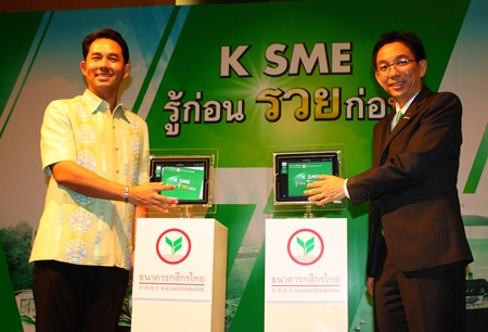 Pattaya Mayor Itthiphol Kunplome (left) and First Senior Vice President of Kasikorn Thai Bank Pipavat Bhadranavik (right), presided over the opening ceremony of the K-SME seminar held at the Holiday Inn Pattaya recently. The seminar was organized to give advice to would-be economists and investors in the eastern region of Thailand.