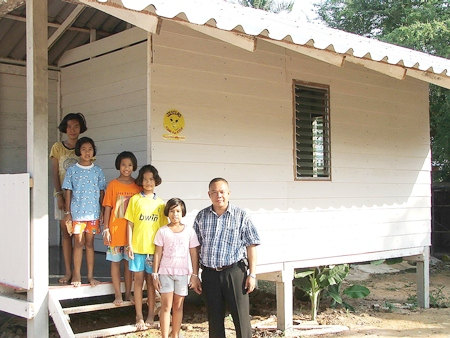 Khun Ja with the 5 girls who will reside there, in front of the house Jesters provided.