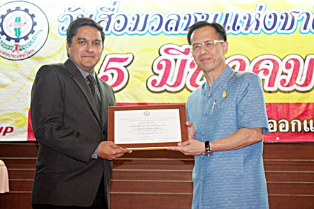 """Pattaya Mail director of operations, Kamolthep Malhotra (left), accepts the """"Most Outstanding Newspaper in all of East Thailand"""" award from Chonburi Deputy Governor Pongsak Preechawit. This marks the 15th straight year Pattaya Mail Media Group has received top honors from the Eastern Mass Media Association, each year presented on March 5, National Press Day. Awarded for """"High ethical standards in business and publishing news for the benefit of society, deserving to be recognized and lauded."""" This year the association introduced this highest award category which Pattaya Mail, Pattaya Blatt and Pattaya Mail Television deservedly won."""