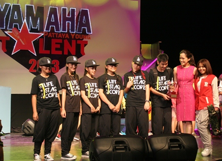 Alisa Phanthusak (2nd right), MD of Tiffany Show Pattaya, congratulates the Life Stage team for wining the J-POP or K-POP dance team category.