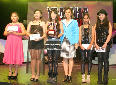 Nittaya Patimasongkroh, former president of the YWCA Bangkok-Pattaya center, congratulates the participants of the Thai and international singing contest.