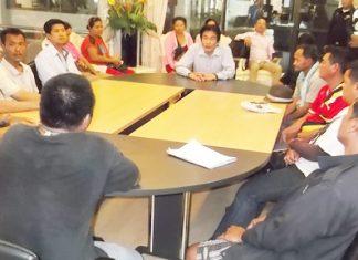 Protesting vendors meet with Deputy Mayor Ronakit Ekasingh and municipal police chief Maj. Col. Jirawat Sukholzup.