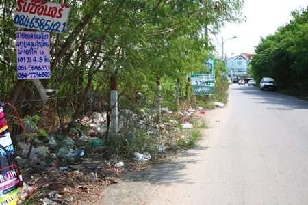 Garbage is piling up on a stretch of Soi Arunothai 10 near Soi Bongkot. Litter and trash continues to be dumped on the roadside, despite signs prohibiting dumping. No one from the Pattaya Sanitation Department has appeared to notice. The area is dotted with houses and condominiums and residents there are being blamed for the mess. Sanitation Department staffers have been requested to come clear the rubbish.